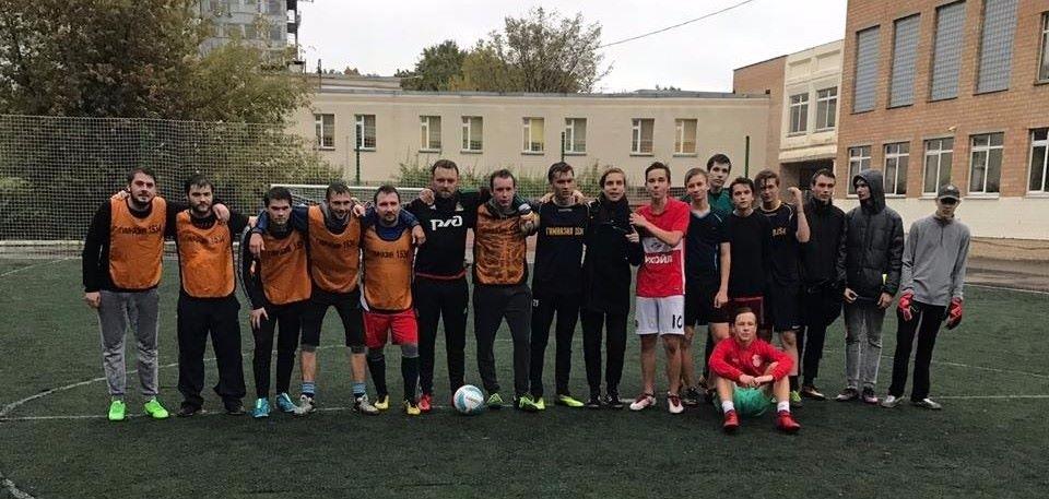 К Дню учителя команда педагогов обыграла учеников на футбольном поле