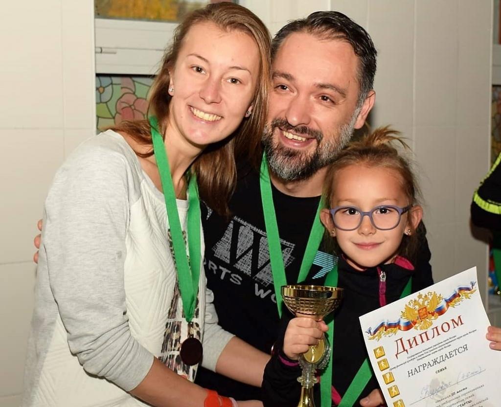 Спортивные семьи Академического района стали лидерами соревнований по плаванию
