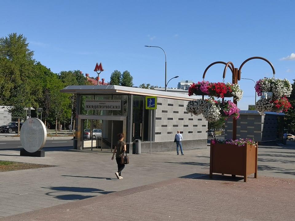 Возле станции метро «Академическая» установлены вертикальные газоны с цветами