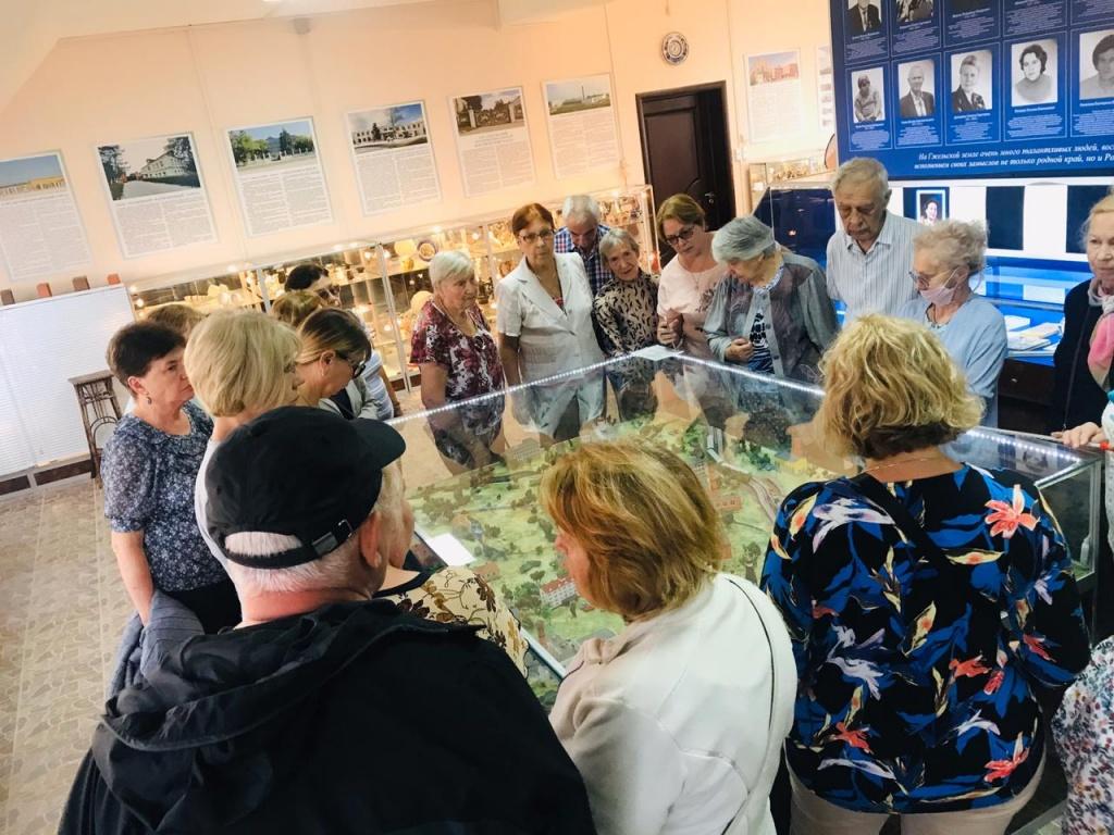 Участники проекта «Московское долголетие» Академического района посетили завод «Гжель»