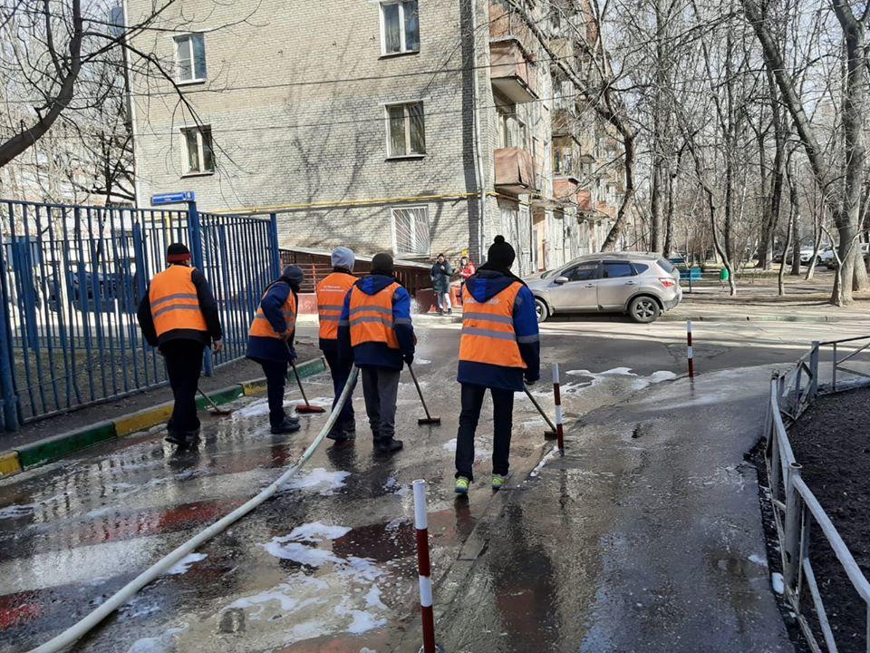 В Академическом районе приступили к мытью дворовых территорий