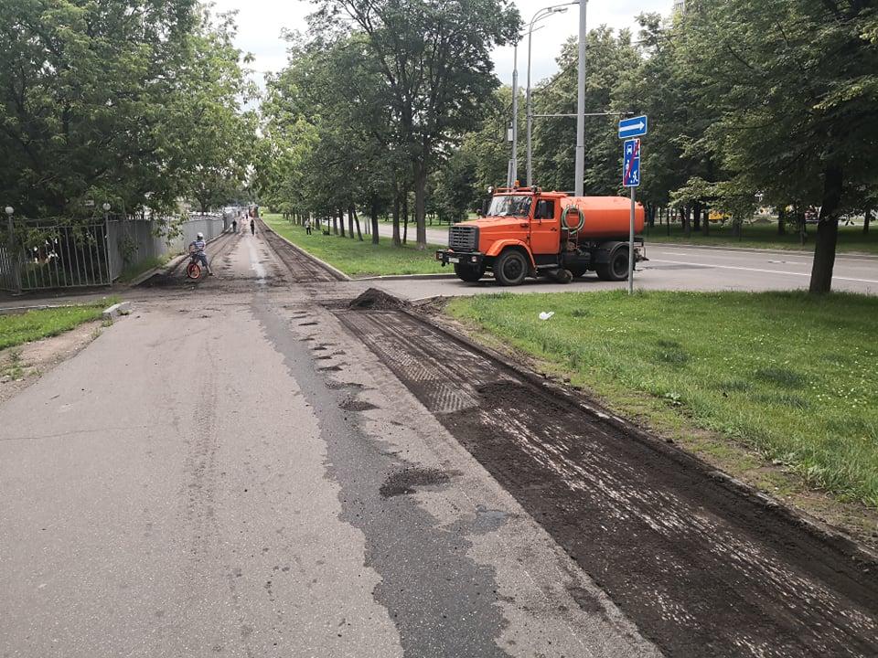 На Нахимовском проспекте ремонтируют асфальтобетонное покрытие тротуаров