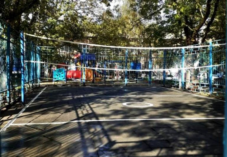 Во дворе на улице Гримау отремонтировали спортивную площадку