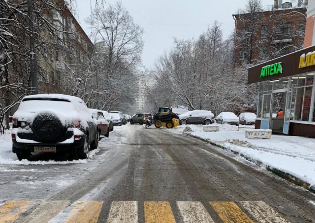 Работы по очистке дорог и тротуаров ведутся в Академическом районе