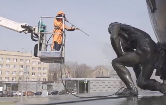 «Автомобильные дороги ЮЗАО» провели промывку памятника Хо Ши Мину